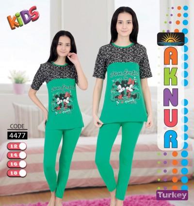 Genç kız pijama